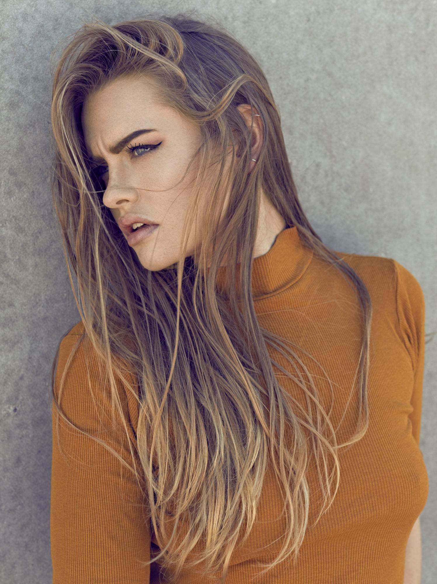 Cecilia Patricia Hyldedahl Refsgaard fotograf christian grüner gul trøje langt hår beton