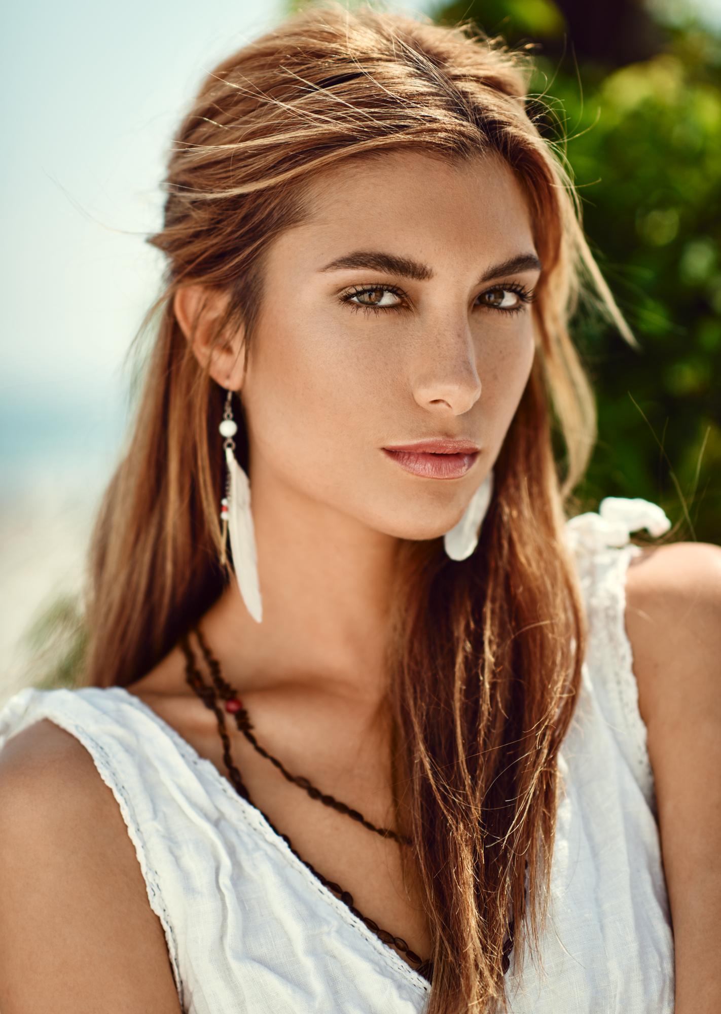 Alexandria Eissinger fotograf christian grüner dagslys daylight fjer øreringe brunette brune øjne