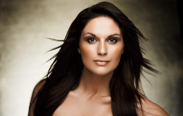 lisa lents fotograf christian grüner brune øjne intens sort hår portræt