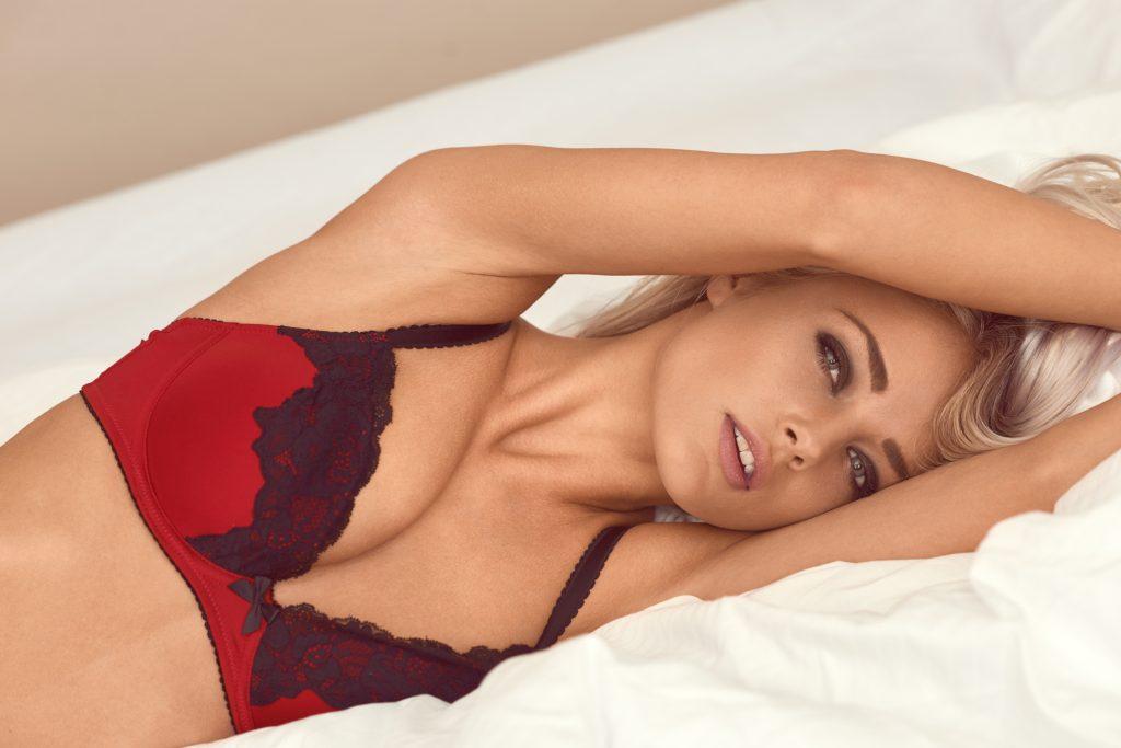 model Simone Borg Jørgensen fotograf christian grüner seng rødt undertøj