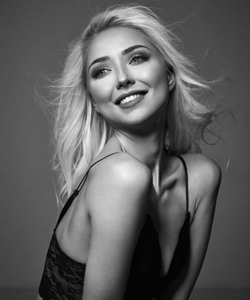 Thea Krag fotograf christian grüner blondine top portræt smil sort hvid