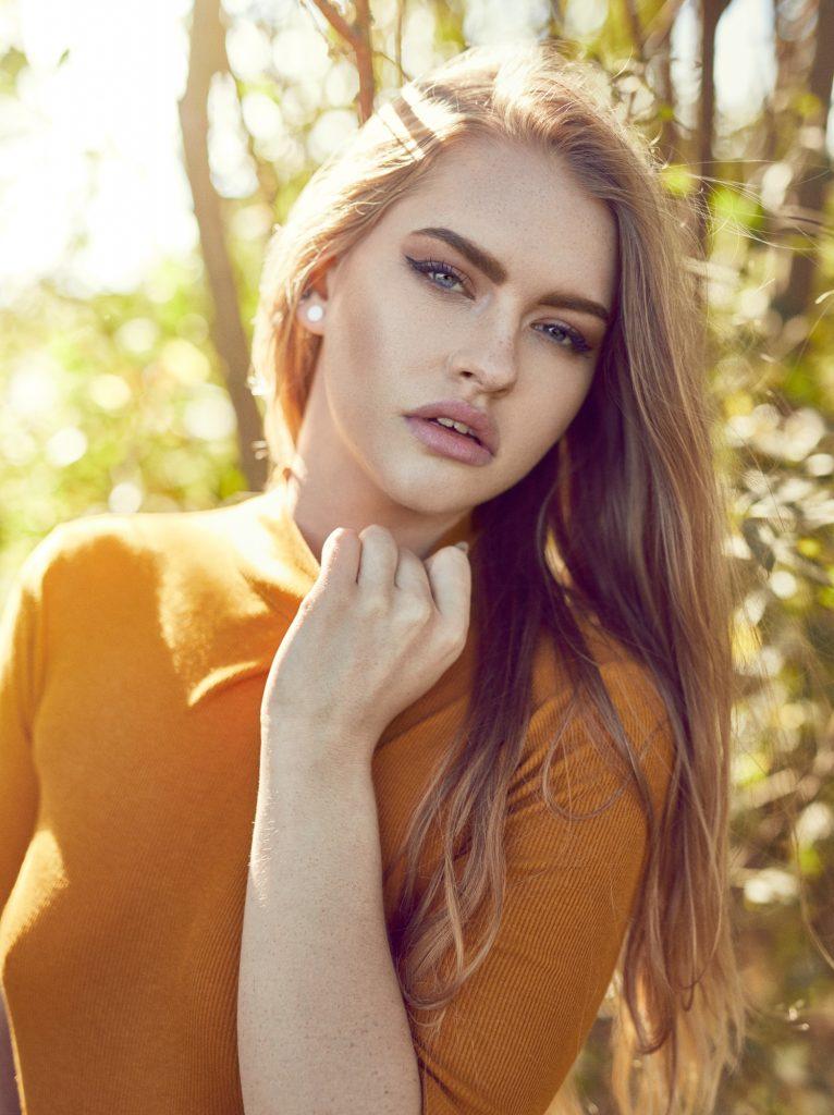 Cecillia Patricia Hydedahl Refsgaard fotograf christian grüner portræt sol sommer gul trøje store læber