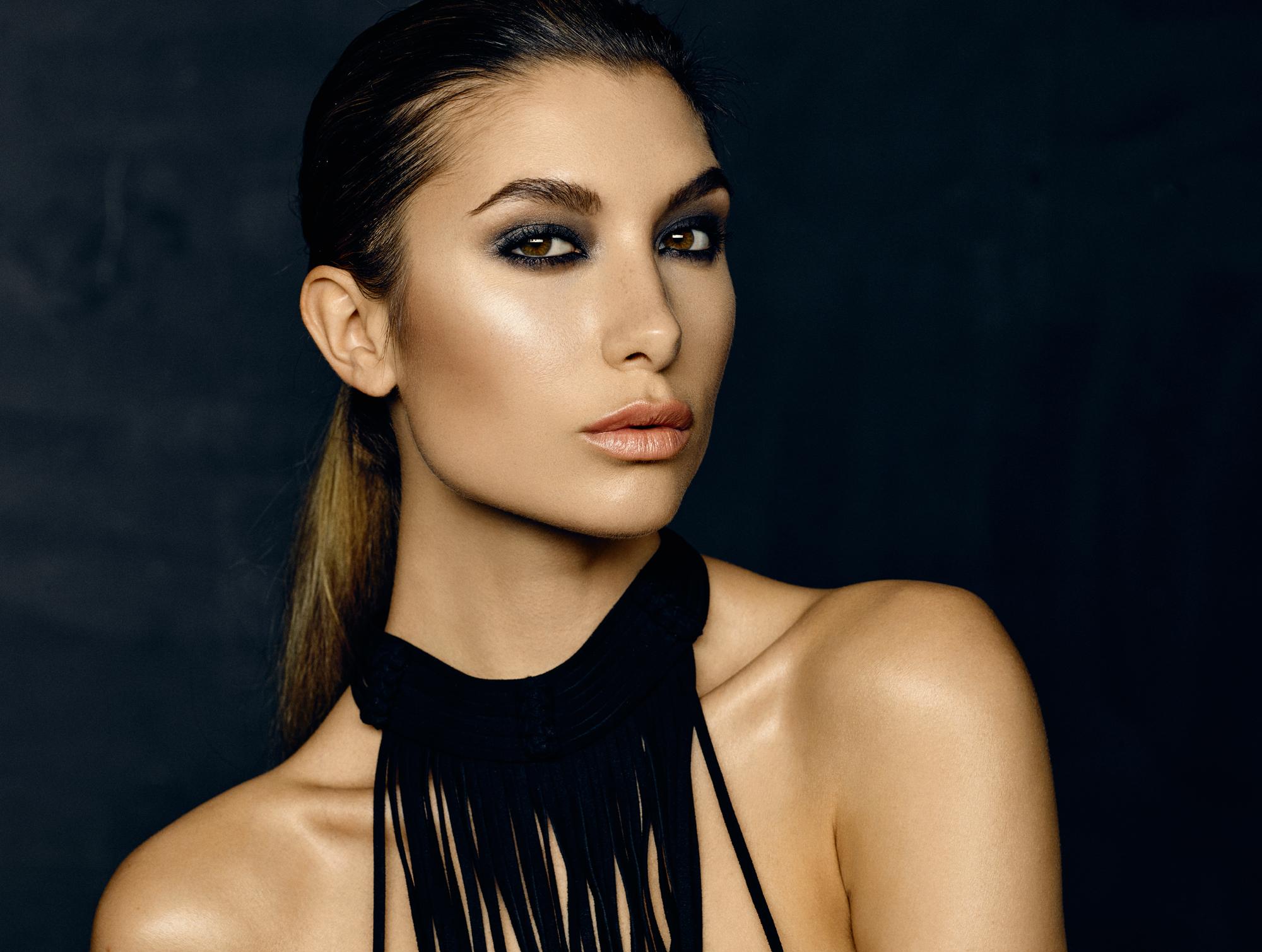 Alexandria Eissinger fotograf christian grüner brune øjne portræt store læber røde