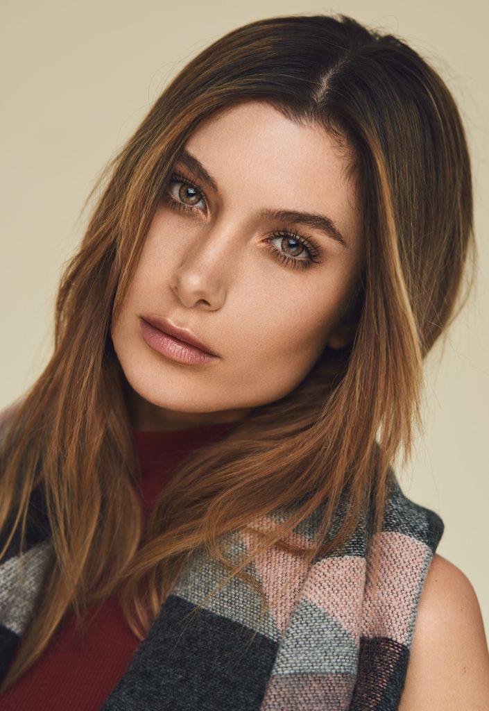 Alexandria Eissinger fotograf christian grüner brune øjne portræt halstørklæde tørklæde ternet