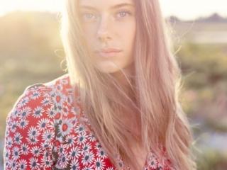 fotograf christian grüner Carina Louise Ibsen model sommer beach backlight modlys summer flowers