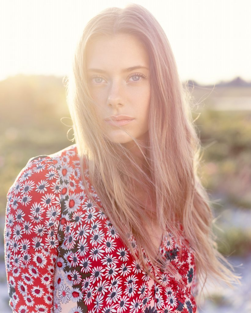 fotograf christian grüner Carina Louise Ibsen model sommer beach backlight modlys summer flowers