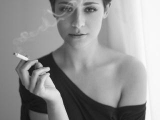 Sarah fotograf Christian Grüner cigaret blødt portræt kort hår gardin sort hvid