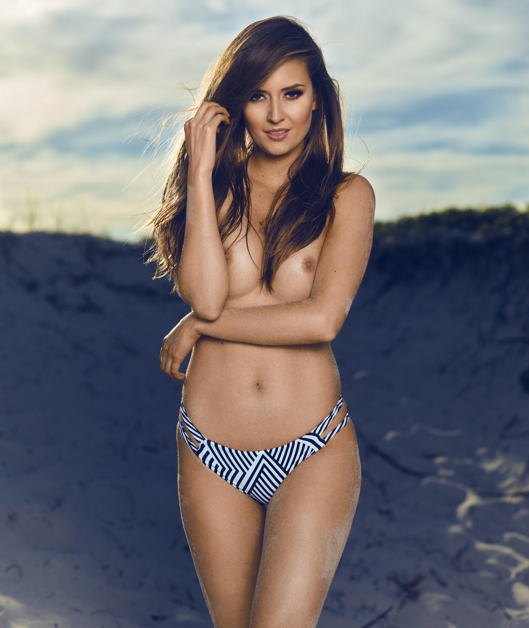 fotograf christian grüner model Emily Vienberg Poulsen topless topløs strand beach bikini nipples brunette