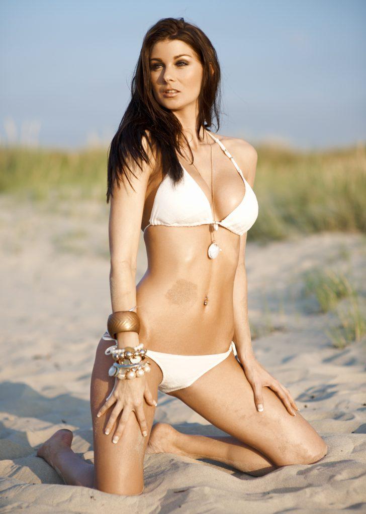 fotograf christian grüner lesley bilgrav bikini brunette strand beach