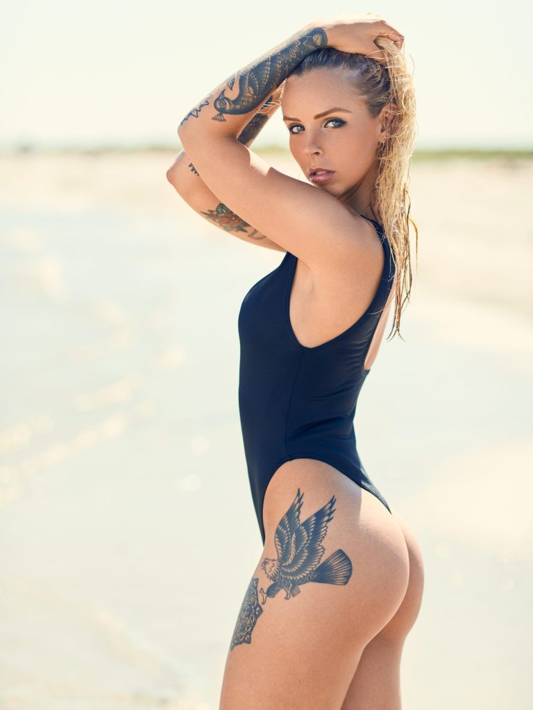 fotograf Christian Grüner Maria Forsberg tattoo tatoveringer sommer røv bagdel badedragt bikini blondine