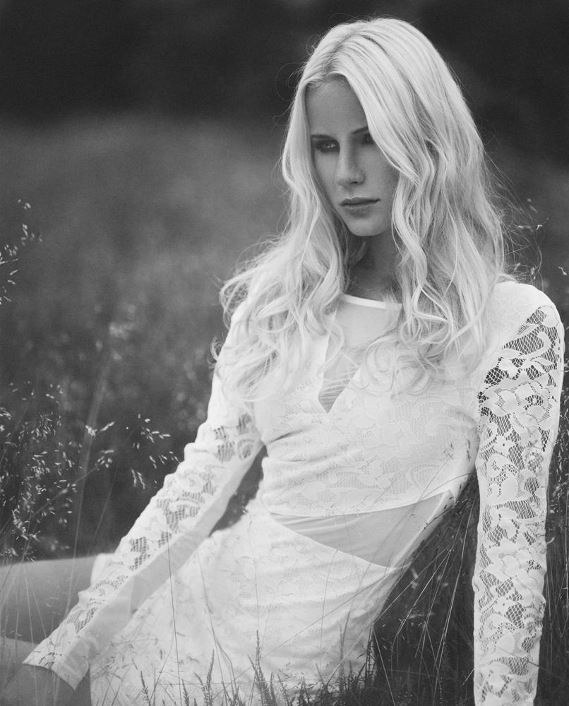 Maya Stoltze Westander fotograf christian grüner blondine intens sort hvid soft portræt
