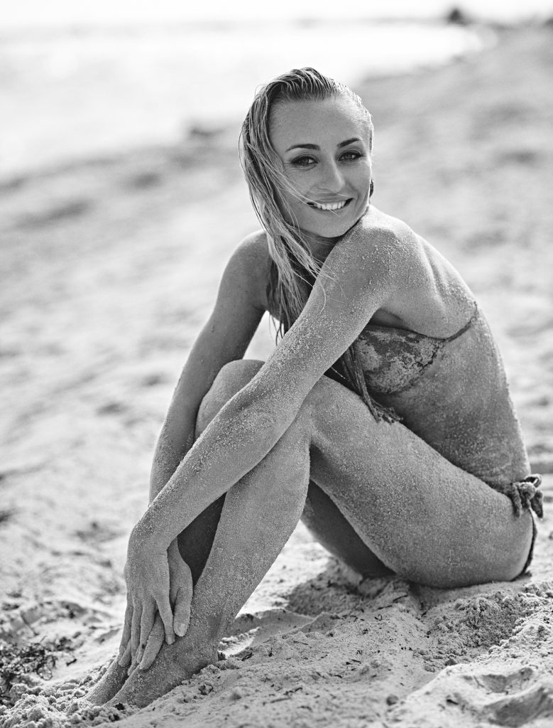 Yuliya Solodka fotograf christian grüner bikini beach smile ukraine sand
